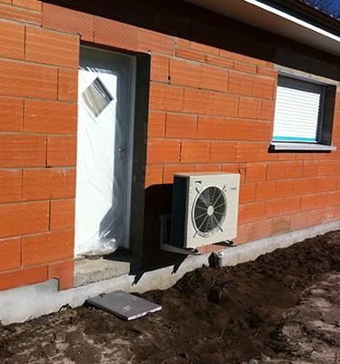 Unité extérieure plancher chauffant hydraulique maison neuve